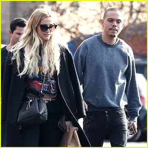 Ashlee Simpson & Evan Ross Join Friends for Sushi Lunch!