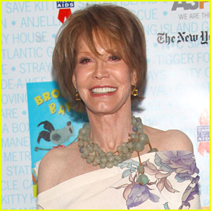 Celebrities React to Mary Tyler Moore's Death