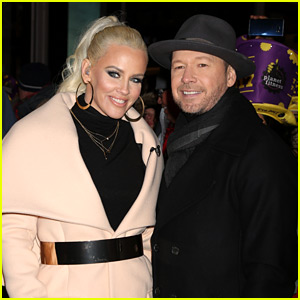 Jenny McCarthy & Donnie Wahlberg Coupled Up in Times Square for New Year's Eve 2017!