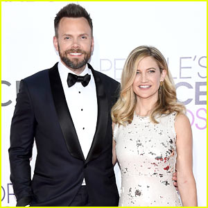 Joel McHale Suits Up for People's Choice Awards 2017 with ...