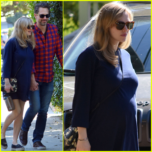 Pregnant Amanda Seyfried Steps Out After Wrapping 'First Reformed'