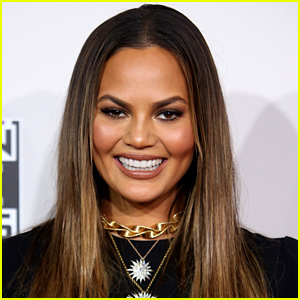 Chrissy Teigen's Fingers Turned Green Because of Fun Dip!