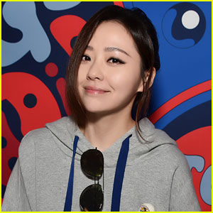 Chinese Pop Star Jane Zhang Causes Fan & Media Frenzy at Tommy Hilfiger Show (Video)