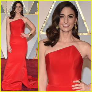 Sara Bareilles Looks Lovely in Red at the Oscars 2017