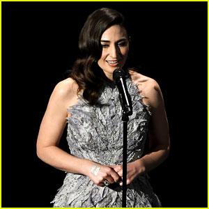 Sara Bareilles' Oscars In Memoriam Video 2017 - Watch Her Sing Joni Mitchell's 'Both Sides Now'