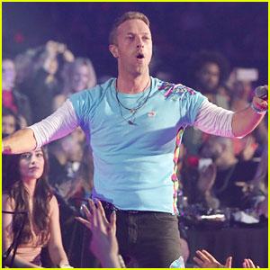 Chris Martin Starts Mosh Pit at iHeartRadio 2017 Music Awards!