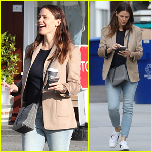 Jennifer Garner is All Smiles While Grabbing Coffee