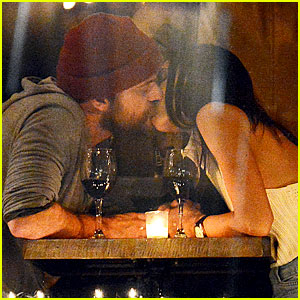 Joshua Jackson Kisses Mystery Woman During Romantic Dinner