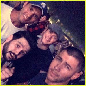 Nick Jonas, Niall Horan, & Dan + Shay Check Out Shania Twain Together!