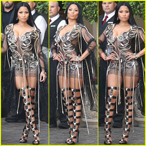 Nicki Minaj's Impromptu Photo Shoot Outside a Hotel Is Hot Hot Hot!