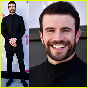 Sam Hunt Poses on ACM Awards 2017 Red Carpet Before Performance!