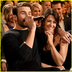 Sam Hunt Sings to Fiancee Hannah Lee Fowler in Sweet Moment at ACM Awards 2017!