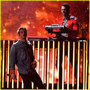 The Chainsmokers' Billboard Music Awards 2017 Performance Video - Watch Now!