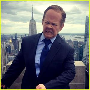 Melissa McCarthy Rides Podium Through NYC Traffic as Sean Spicer for 'SNL' (Video)
