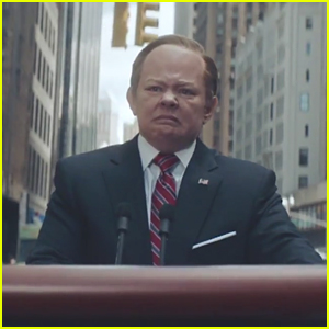 Melissa McCarthy Rides Podium as Sean Spicer in Search for Trump - Watch!