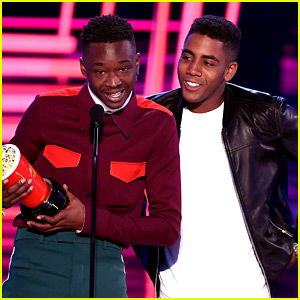 Moonlight's Ashton Sanders & Jharrel Jermone Win Best Kiss at MTV Movie & TV Awards 2017!