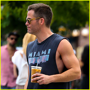 Chris Pine Puts His Steve Trevor Muscles on Display in NYC!