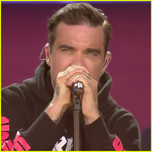Robbie Williams Performs 'Angels' in Manchester, Crowd Sings Along with Him (Video)