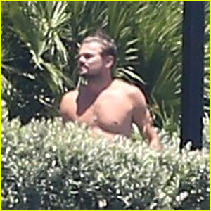 Leonardo DiCaprio Hangs Out Shirtless With Orlando Bloom, Tobey Maguire, & More at Fourth of July Party