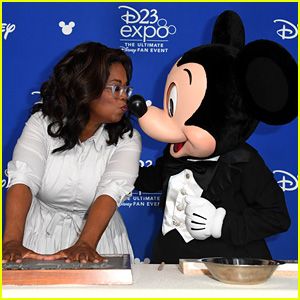Oprah Winfrey Kisses Mickey Mouse at D23 Legends Awards!