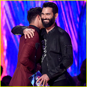 Tyler Posey & Tyler Hoechlin Share a Hug at Teen Choice Awards 2017