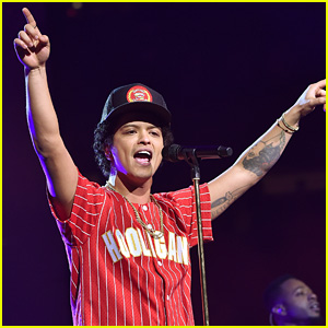 Bruno Mars Performs Amazing Acoustic Version of 'That's What I Like' - Watch Now!