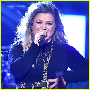 Kelly Clarkson Performs at Her Album Release Party!