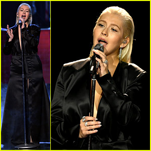 Christina Aguilera Performs Whitney Houston Tribute at AMAs 2017 (Video)
