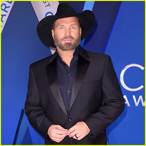 Garth Brooks Suits Up for CMA Awards 2017 Red Carpet Arrival