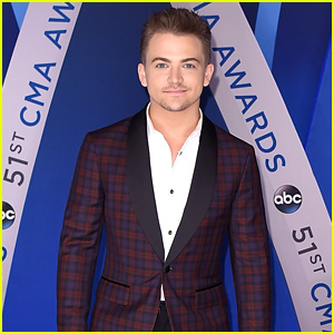 Hunter Hayes Suits Up in Plaid at CMA Awards 2017