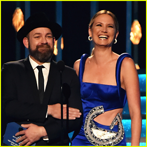 Sugarland's Jennifer Nettles & Kristian Bush Reunite at CMA Awards 2017 & Tease New Music!