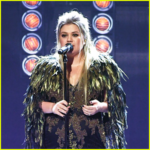 Kelly Clarkson Performs 'Miss Independent' & 'Love So Soft' at American Music Awards 2017!