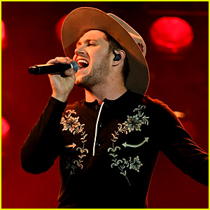 Niall Horan Goes Country for 'Slow Hands' Performance at AMAs 2017! (Video)