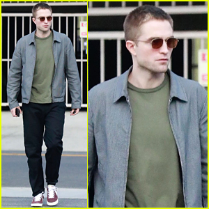Robert Pattinson Keeps It Casual While Out to Lunch With Friends