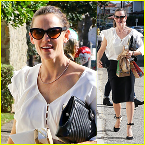 Jennifer Garner Looks Fashionable While Leaving Sunday Church Service!