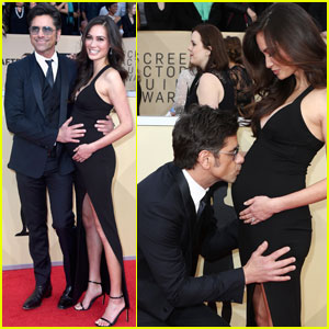 John Stamos Kisses Fiancee Caitlin McHugh's Baby Bump at SAG Awards 2018