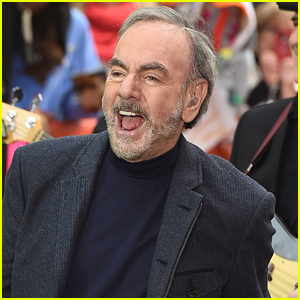 Neil Diamond Leads 'Sweet Caroline' Sing-Along in Times Square on NYE - Watch!