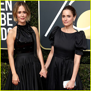 Sarah Paulson & Amanda Peet Hold Hands on the Golden Globes 2018 Red Carpet