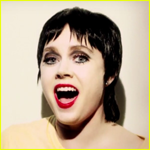 Amy Adams Channels Liza Minnelli While Singing 'New York, New York' - Watch Now!