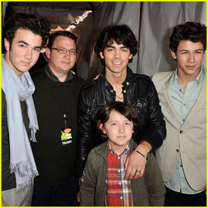 Jonas Brother's Dad Kevin Sr. Is Cancer Free & In Remission!