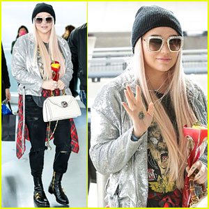 Kesha Carries a Rose While Catching Flight Out of NYC on Valentine's Day