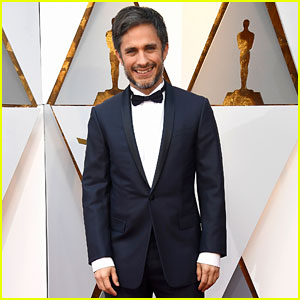 Gael Garcia Bernal Looks Handsome at Oscars 2018 Ahead of 'Coco' Performance