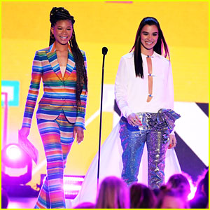 Storm Reid & Hailee Steinfeld Present Together at Kids' Choice Awards 2018!