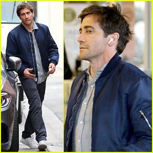 Jake Gyllenhaal Looks Handsome in Blue While Grocery Shopping