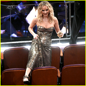 Jennifer Lawrence Climbs Over Seats at Oscars 2018 with Wine in Her Hand!