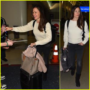 Jennifer Garner Signs Autographs for Fans at the Airport in LA!