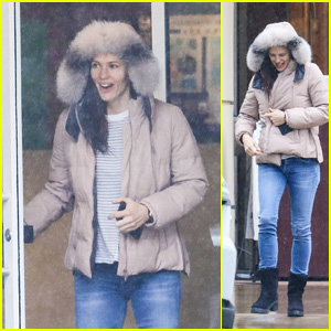 Jennifer Garner Heads Out in the Rain to Run Some Errands!