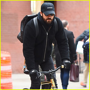Justin Theroux Returns Back to NYC After Trip to Paris!