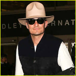 Orlando Bloom Shows Off His Style While Arriving in LA!