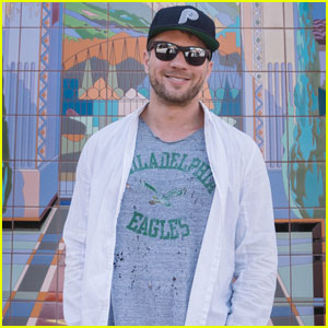 Ryan Phillippe Kicks Off the Weekend at Universal Studios!